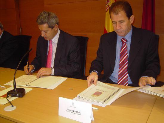 EL ALCALDE Y EL CONSEJERO DE PRESIDENCIA SUSCRIBEN UN CONVENIO PARA CONSTRUIR UN NUEVO CAMPO DE FÚTBOL DE CÉSPED ARTIFICIAL  , Foto 1