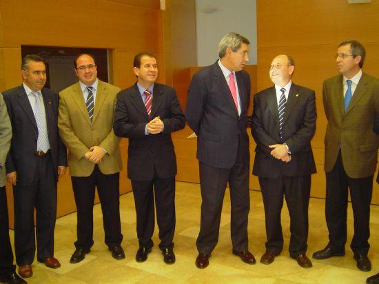 EL ALCALDE Y EL CONSEJERO DE PRESIDENCIA SUSCRIBEN UN CONVENIO PARA CONSTRUIR UN NUEVO CAMPO DE FÚTBOL DE CÉSPED ARTIFICIAL  , Foto 2