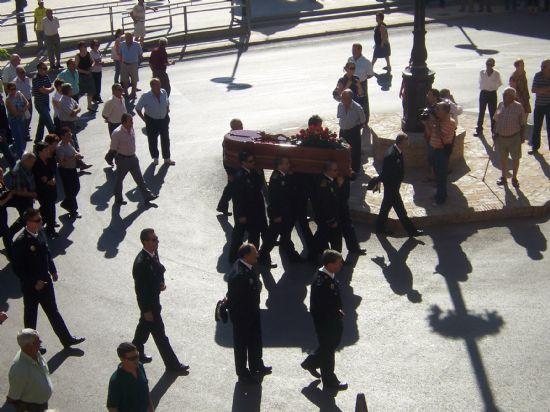 CENTENARES DE PERSONAS DAN EL �LTIMO ADI�S AL CABO DE LA POL�CIA LOCAL ALFONSO MURCIA RODR�GUEZ EN UN MULTITUDINARIO ENTIERRO,FALLECIDO CUANDO SE DIRIG�A A SU PUESTO DE TRABAJO, Foto 2