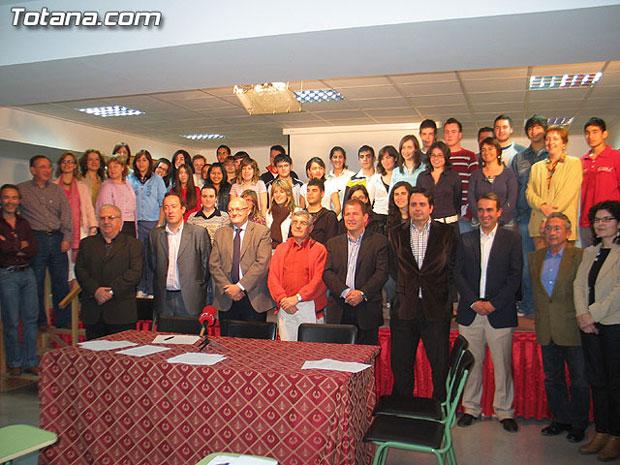 """UN TOTAL DE 50 ALUMNOS DE BACHILLERATO INTERNACIONAL SE BENEFICIARÁN DE LA FIRMA DE UN CONVENIO DE COLABORACIÓN ENTRE AYUNTAMIENTO, I.E.S """"JUAN DE LA CIERVA"""" Y OTRAS CUATRO ENTIDADES PARA EL DESARROLLO DEL CURSO 2006-2007, Foto 1"""