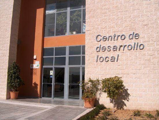 EL CENTRO DE DESARROLLO LOCAL INFORMA A UN CENTENAR DE EMPRESARIOS Y EMPRENDEDORES DEL MUNICIPIO SOBRE LAS AYUDAS OFRECIDAS POR EL SERVICIO DE AUTOEMPLEO Y PUNTO-PYME DURANTE EL AÑO 2007, Foto 1