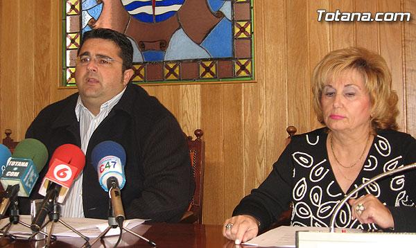EL CONCEJAL DE PARTICIPACIÓN CIUDADANA Y LA DEFENSORA DEL VECINO PRESENTAN LAS CONCLUSIONES DEL INFORME BIANUAL 2004/2005 DE GESTIÓN DE ESTE SERVICIO, Foto 1