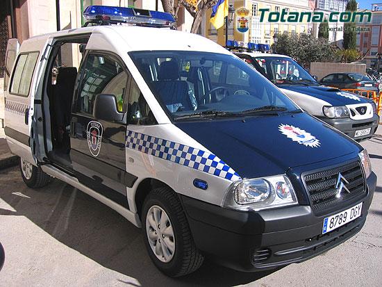 ALCALDE ENTREGA AL SARGENTO UN NUEVO VEH�CULO FURGONETA PARA USO DE LA POLIC�A LOCAL   , Foto 1