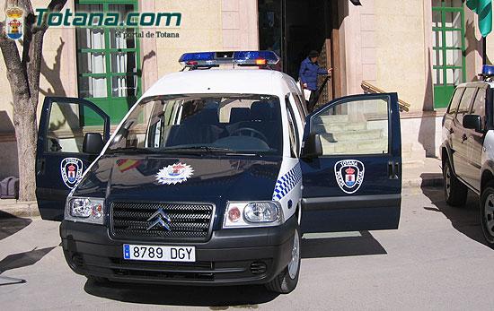 ALCALDE ENTREGA AL SARGENTO UN NUEVO VEH�CULO FURGONETA PARA USO DE LA POLIC�A LOCAL   , Foto 2