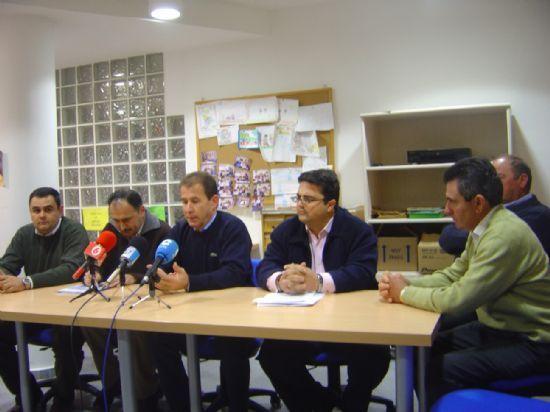 ALCALDE Y MIEMBROS DEL EQUIPO DE GOBIERNO SE RE�NEN CON LA ASOCIACI�N DE VECINOS Y JUNTA VECINAL PEDAN�A EL PARET�N-CANTAREROS ABORDAR PLAN DE INVERSIONES , Foto 1