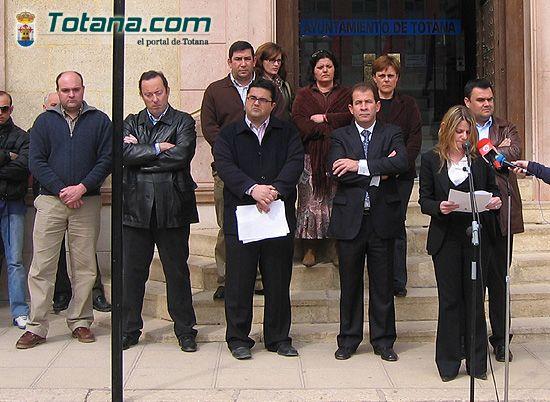 VECINOS DE TOTANA RECUERDAN EN UNA CONCENTRACI�N SILENCIOSA A LAS 192 PERSONAS ASESINADAS EN EL ATENTADO TERRORISTA DEL 11-M EN MADRID, Foto 1