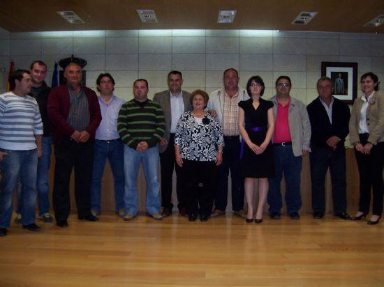 TOMAN POSESI�N DE SU CARGO LOS MIEMBROS DE LA JUNTA VECINAL DE EL PARET�N, Y LAS CUATRO MUJERES Y CUATRO HOMBRES, QUE OSTENTAR�N EL CARGO DE ALCALDE PED�NEO, DURANTE ESTA LEGISLATURA (2008), Foto 2