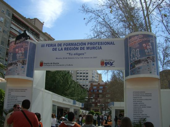LOS JÓVENES PARTICIPANTES DEL PIP DE OPERARIO DE CARPINTERÍA VISITAN EL VIII SALÓN DEL ESTUDIANTE EN LORCA Y LA II FERIA DE FORMACIÓN PROFESIONAL EN MURCIA, Foto 2