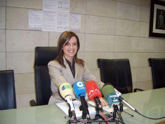 """LA CONCEJALÍA DE MUJER E IGUALDAD DE OPORTUNIDADES COLABORA CON LA """"CAMPAÑA DE CORRESPONSABILIDAD"""" DEL INSTITUTO DE LA MUJER DE LA REGIÓN DE MURCIA REPARTIENDO UN CENTENAR DE FOLLETOS ENTRE LAS ASOCIACIONES DEL MUNICIPIO, Foto 1"""