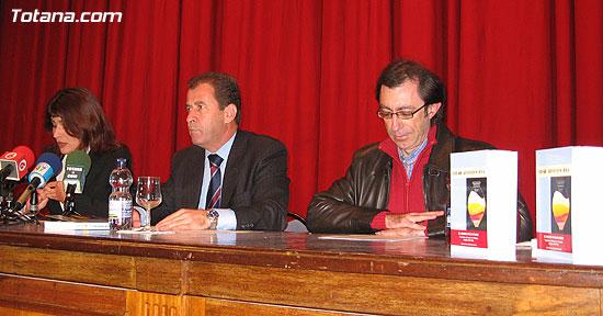 """EL ALCALDE Y LA CONCEJAL DE CULTURA PRESENTAN EL LIBRO GANADOR DEL VI PREMIO DE INVESTIGACIÓN HISTÓRICA """"ALPORCHÓN"""" QUE VERSA SOBRE LA TRADICIÓN HISTÓRICA DE LA ARTESANÍA LOCAL   , Foto 1"""