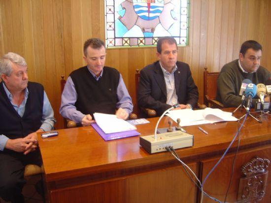 AYUNTAMIENTO Y ASOCIACI�N DE TAXISTAS RENUEVAN CONVENIO DE COLABORACI�N POR 1.200 EUROS PARA IMPULSAR ESTE TRANSPORTE P�BLICO    (2005), Foto 1