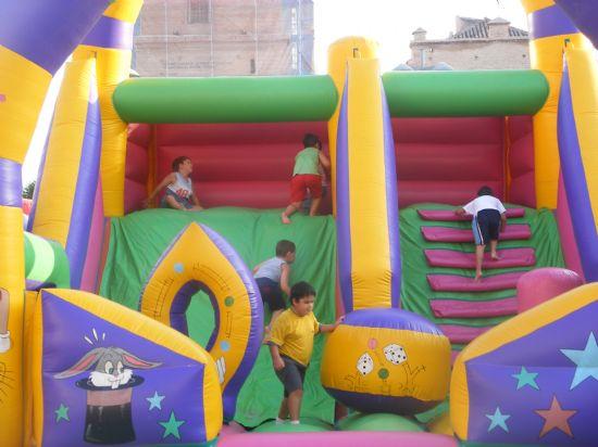 """NUMEROSOS NIÑOS Y NIÑAS SE DIVIERTEN CON ACTIVIDADES INFANTILES EN """"LA TARDE DE TALLERES"""", UNA ACTIVIDAD QUE SE DESARROLLARÁ A LO LARGO DE LA SEMANA EN LA PLAZA DE LA BALSA VIEJA, Foto 5"""