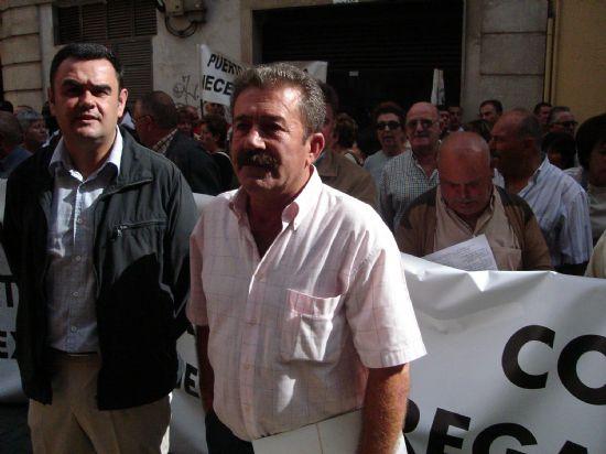 REGANTES Y POLÍTICOS DE TOTANA SE CONCENTRAN ANTE LA CONFEDERACIÓN HIDROGRÁFICA DEL SEGURA PARA PEDIR AGUA PARA LOS CULTIVOS DEL VALLE DEL GUADALENTÍN, Foto 4