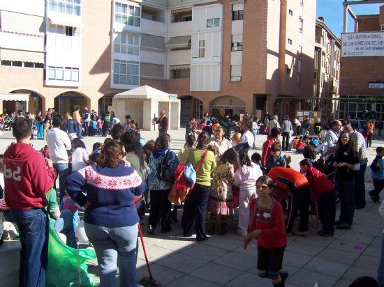 """NUMEROSOS NIÑOS Y NIÑAS SE DIVIERTEN EN LA PLAZA DE LA BALSA VIEJA CON LOS JUEGOS Y TALLERES INFANTILES ORGANIZADOS POR LAS ASOCIACIONES JUVENILES Y LA CONCEJALÍA DE INFANCIA CON MOTIVO DE LA CELEBRACIÓN DEL """"DÍA INTERNACIONAL DE LOS DERECHOS DEL NIÑO"""", Foto 4"""