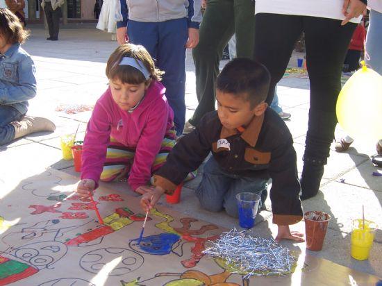 """NUMEROSOS NIÑOS Y NIÑAS SE DIVIERTEN EN LA PLAZA DE LA BALSA VIEJA CON LOS JUEGOS Y TALLERES INFANTILES ORGANIZADOS POR LAS ASOCIACIONES JUVENILES Y LA CONCEJALÍA DE INFANCIA CON MOTIVO DE LA CELEBRACIÓN DEL """"DÍA INTERNACIONAL DE LOS DERECHOS DEL NIÑO"""", Foto 6"""