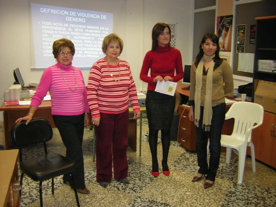 """LA ASOCIACIÓN DE AMAS DE CASA """"LAS TRES AVE MARÍA"""" REALIZA UN TALLER SOBRE LA VIOLENCIA CONTRA LA MUJER: DERECHO A VIVIR SIN VIOLENCIA, QUE TENDRÁ LUGAR HASTA EL DÍA 1 DE ABRIL (2008), Foto 1"""