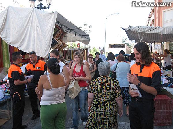 """PROTECCIÓN CIVIL DE TOTANA INFORMA A LOS USUARIOS DEL MERCADILLO SEMANAL SOBRE LAS RECOMENDACIONES SALUDABLES PARA AFRONTAR EL CALOR MEDIANTE LA CAMPAÑA """"SEGURIDAD EN EL VERANO 2007"""", Foto 2"""