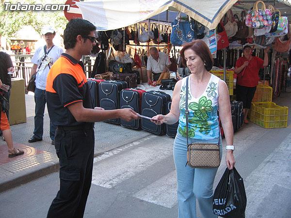 """PROTECCIÓN CIVIL DE TOTANA INFORMA A LOS USUARIOS DEL MERCADILLO SEMANAL SOBRE LAS RECOMENDACIONES SALUDABLES PARA AFRONTAR EL CALOR MEDIANTE LA CAMPAÑA """"SEGURIDAD EN EL VERANO 2007"""", Foto 3"""