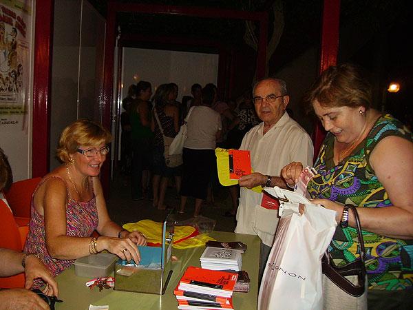 REPARTIRÁN MÁS DE 1.000 ALMOHADILLAS PARA ACOMODAR A LOS VECINOS EN LA SEMANA DEL TEATRO (2008), Foto 2