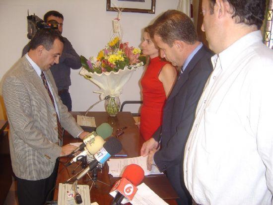 ALCALDE Y CONCEJAL DE PERSONAL PRESIDEN ACTO TOMA POSESI�N CUATRO NUEVOS FUNCIONARIOS DEL AYUNTAMIENTO DE TOTANA , Foto 2