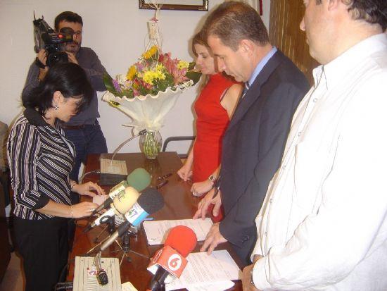 ALCALDE Y CONCEJAL DE PERSONAL PRESIDEN ACTO TOMA POSESI�N CUATRO NUEVOS FUNCIONARIOS DEL AYUNTAMIENTO DE TOTANA , Foto 3