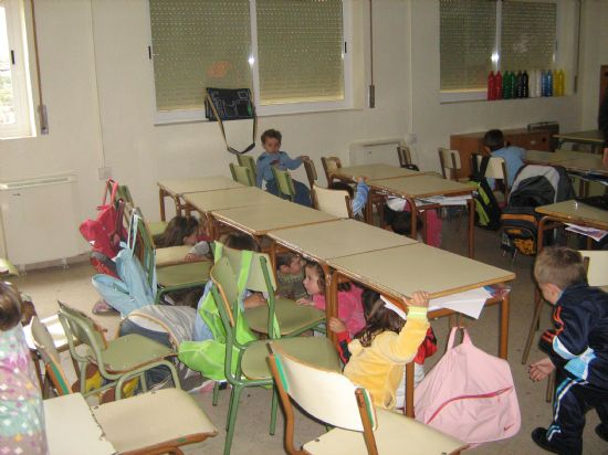 PROTECCI�N CIVIL DE TOTANA IMPARTE EN EL COLEGIO SAN CRIST�BAL DE ALEDO CHARLAS PREVENTIVAS Y DE ACTUACI�N FRENTE A TERREMOTOS (2007), Foto 5