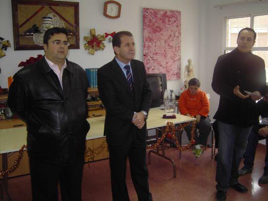 EL ALCALDE Y EL CONCEJAL DE SERVICIOS AL CIUDADANO HACEN ENTREGA DE DULCES NAVIDEÑOS  A ANCIANOS, Foto 3
