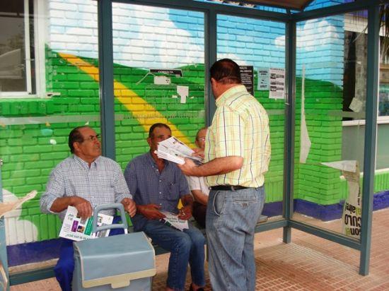 LOS CANDIDATOS DE IU + LOS VERDES REPARTIERON PROGRAMAS EN EL MERCADILLO DE LOS MIÉRCOLES EN TOTANA, Foto 2