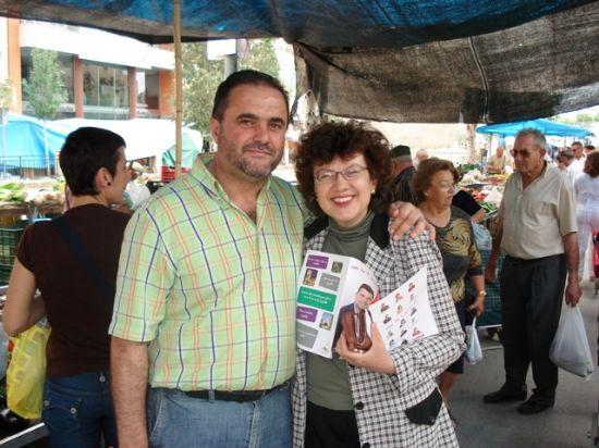 LOS CANDIDATOS DE IU + LOS VERDES REPARTIERON PROGRAMAS EN EL MERCADILLO DE LOS MIÉRCOLES EN TOTANA, Foto 4