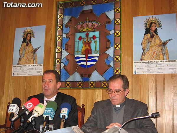 EL ALCALDE Y PÁRROCO DE SANTIAGO PRESENTAN EL CARTEL ANUNCIADOR DEL PROGRAMA DE ACTOS RELIGIOSOS DE LAS FIESTAS DE SANTA EULALIA´2005, Foto 1