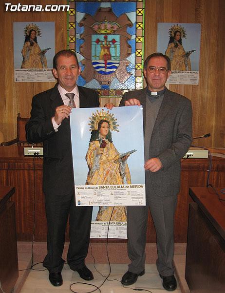 EL ALCALDE Y PÁRROCO DE SANTIAGO PRESENTAN EL CARTEL ANUNCIADOR DEL PROGRAMA DE ACTOS RELIGIOSOS DE LAS FIESTAS DE SANTA EULALIA´2005, Foto 2