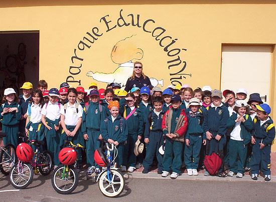 50 NIÑOS Y NIÑAS DE ORIHUELA REALIZAN PRÁCTICAS DE EDUCACIÓN VIAL EN TOTANA, Foto 1