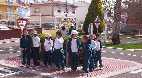 50 NIÑOS Y NIÑAS DE ORIHUELA REALIZAN PRÁCTICAS DE EDUCACIÓN VIAL EN TOTANA, Foto 3