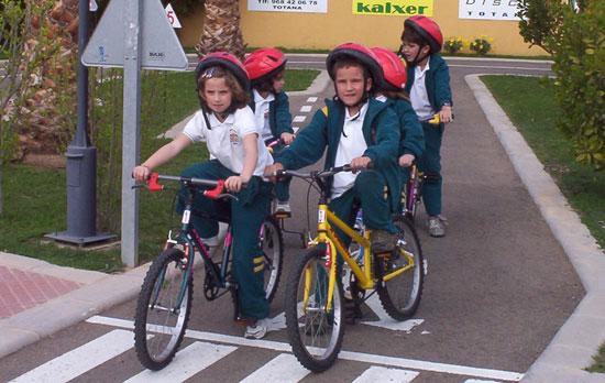 50 NIÑOS Y NIÑAS DE ORIHUELA REALIZAN PRÁCTICAS DE EDUCACIÓN VIAL EN TOTANA, Foto 4