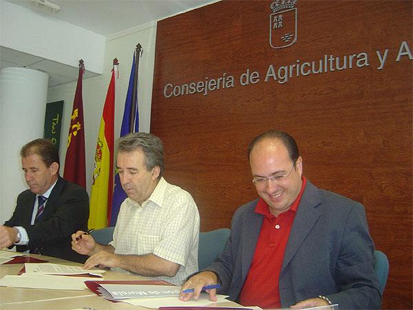 ALCALDE SUSCRIBE CONVENIO CON CONSEJERO DE AGRICULTURA PARA EL ACONDICIONAMIENTO DE 10 KIL�METROS DE CAMINOS RURALES POR 305.000 EUROS , Foto 1