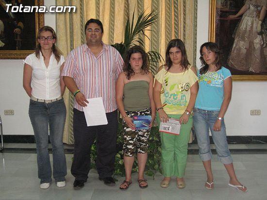 EL CONCEJAL DE SERVICIOS AL CIUDADANO ENTREGA LOS PREMIOS DEL CONCURSO DE DIBUJO Y FOTOGRAFÍA TOTANA MULTICULTURAL, Foto 1