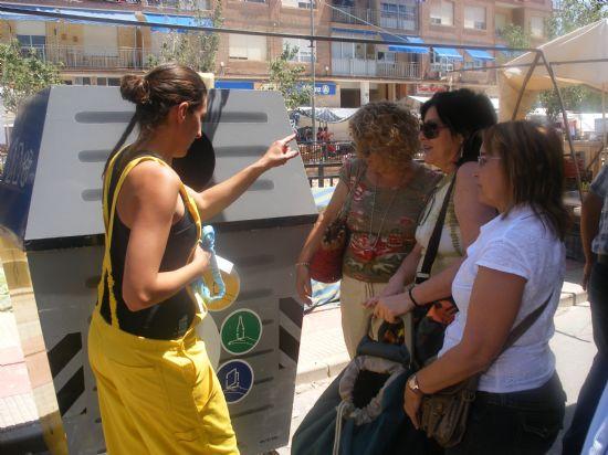 TRES ECOINFORMADORAS SENSIBILIZAN EN EL MERCADILLO SEMANAL A LA CIUDADANÍA SOBRE EL RECICLAJE POR MEDIO DE ANIMACIONES AMBIENTALES LÚDICAS CON MOTIVO DEL DÍA INTERNACIONAL DEL MEDIO AMBIENTE, Foto 2