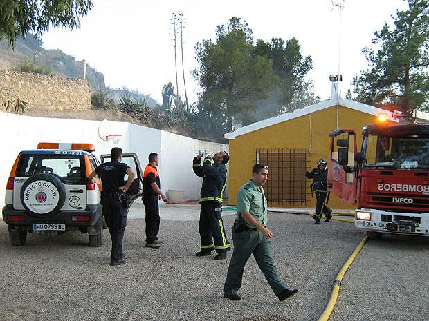 MIEMBROS DEL PARQUE DE BOMBEROS DE ALHAMA-TOTANA, PROTECCIÓN CIVIL, POLICÍA LOCAL Y GUARDIA CIVIL SOFOCAN UN CONATO DE INCENDIO EN LA CARRETERA NUEVA DE LA SANTA EVITANDO QUE EL FUEGO SE PROPAGUE A UNA VIVIENDA Y HUERTOS COLINDANTES, Foto 2