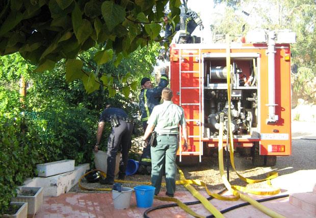 MIEMBROS DEL PARQUE DE BOMBEROS DE ALHAMA-TOTANA, PROTECCIÓN CIVIL, POLICÍA LOCAL Y GUARDIA CIVIL SOFOCAN UN CONATO DE INCENDIO EN LA CARRETERA NUEVA DE LA SANTA EVITANDO QUE EL FUEGO SE PROPAGUE A UNA VIVIENDA Y HUERTOS COLINDANTES, Foto 3