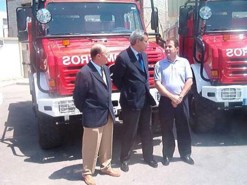 Consorcio extinci�n de incendios y salvamento entrega veh�culo autobombas forestales a los alcaldes de Totana y Alhama, Foto 1