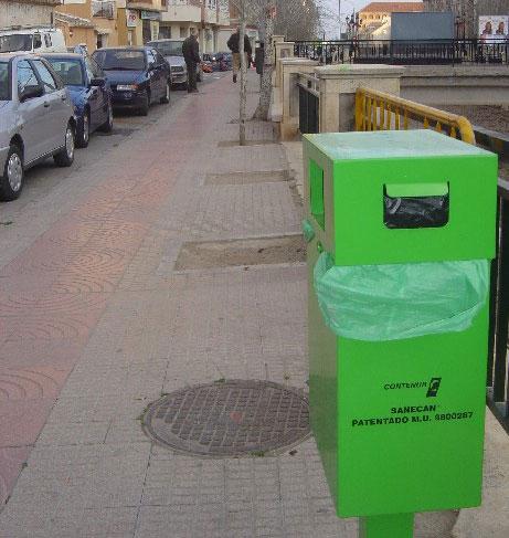 Concejalía de salud pública instala 15 contenedores para depósito excrementos animales de compañía en diferentes puntos de la ciudad, Foto 1