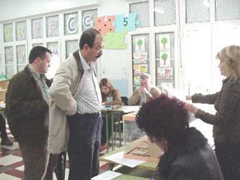 La jornada electoral se desarrolla con total normalidad en Totana, en la que se registr� una participaci�n del 80,67% (PP 61,98%; PSOE 29,02%; IU 6,56%) , Foto 1