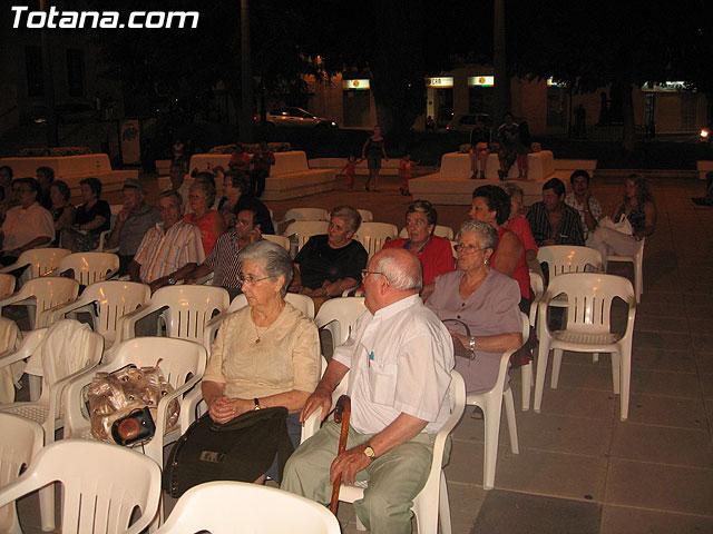 FINALIZAN LAS FIESTAS DEL CENTRO MUNICIPAL DE PERSONAS MAYORES CON LA DEGUSTACI�N DE LA PAELLA POPULAR EN LA PLAZA BALSA VIEJA QUE CONGREG� A CENTENARES DE SOCIOS Y MAYORES - 6
