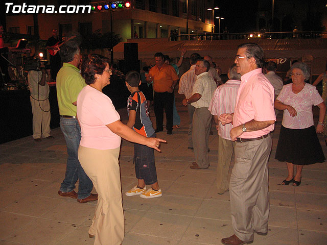 FINALIZAN LAS FIESTAS DEL CENTRO MUNICIPAL DE PERSONAS MAYORES CON LA DEGUSTACI�N DE LA PAELLA POPULAR EN LA PLAZA BALSA VIEJA QUE CONGREG� A CENTENARES DE SOCIOS Y MAYORES - 7