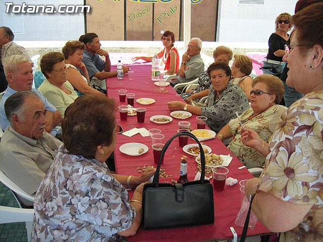 FINALIZAN LAS FIESTAS DEL CENTRO MUNICIPAL DE PERSONAS MAYORES CON LA DEGUSTACI�N DE LA PAELLA POPULAR EN LA PLAZA BALSA VIEJA QUE CONGREG� A CENTENARES DE SOCIOS Y MAYORES - 44