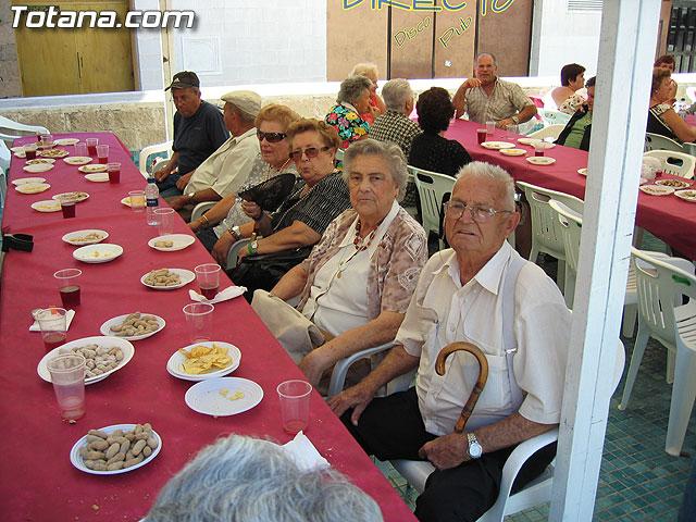 FINALIZAN LAS FIESTAS DEL CENTRO MUNICIPAL DE PERSONAS MAYORES CON LA DEGUSTACI�N DE LA PAELLA POPULAR EN LA PLAZA BALSA VIEJA QUE CONGREG� A CENTENARES DE SOCIOS Y MAYORES - 46