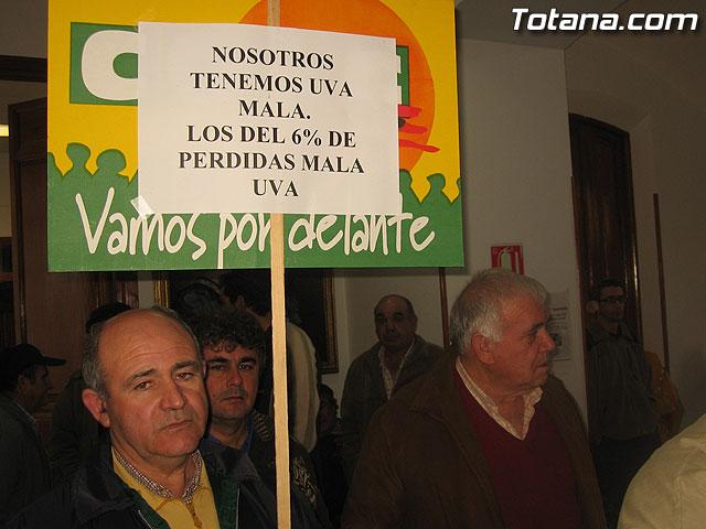 EL PLENO DEL AYUNTAMIENTO DE TOTANA APRUEBA UNA MOCI�N CONJUNTA DE APOYO A LOS AGRICULTORES DE PARRALES DE UVA AFECTADOS POR LAS LLUVIAS DE NOVIEMBRE Y PEDIR AYUDAS A LAS ADMINISTRACIONES IMPLICADAS - 6