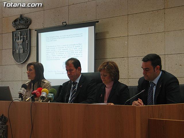 LA DIRECTORA DEL INSTITUTO DE LA MUJER Y LAS AUTORIDADES LOCALES PRESENTAN EL II PLAN DE IGUALDAD DE OPORTUNIDADES (2007/2011) DE TOTANA - 8