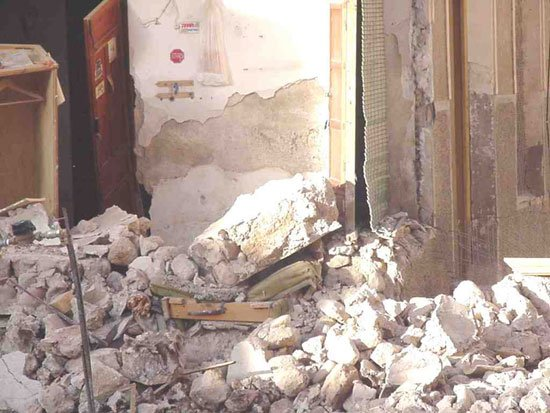 Un anciano sale ileso tras derrumbarse parte de su vivienda, Foto 3