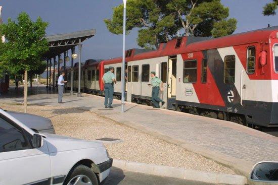 El revisor de un tren tuvo que ser atendido en el Centro de Salud de Totana por un accidente laboral, Foto 1
